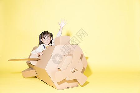开纸飞机的儿童图片