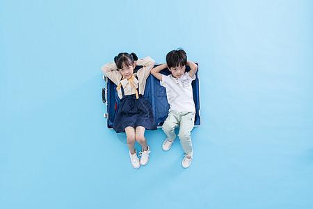 躺在行李箱里的儿童图片