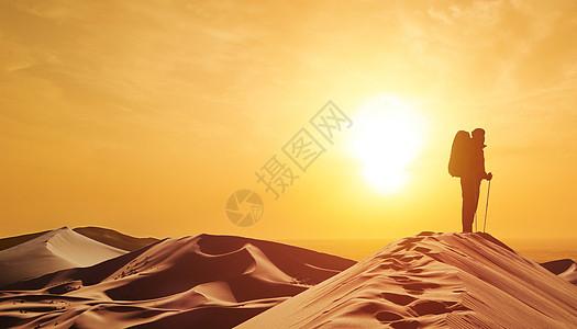 走沙漠的人图片