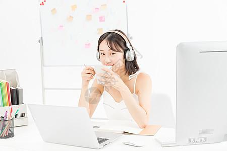 女设计师听音乐喝咖啡图片