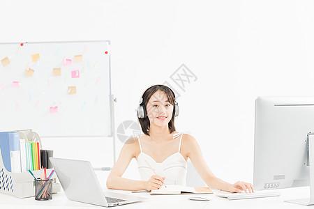 女设计师听音乐办公图片