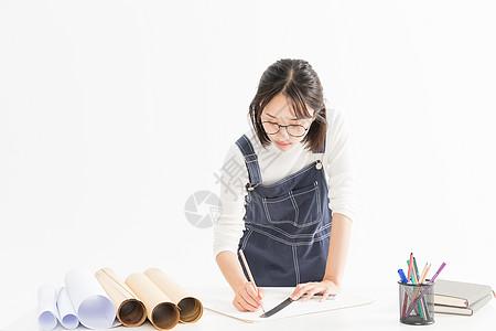女设计师绘画图纸图片