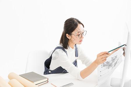 女设计师用检查图纸图片