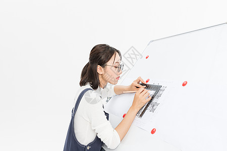 女设计师画图纸图片