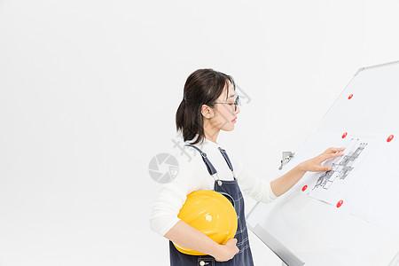 女工程师查看图纸图片