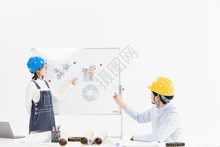 工程师在讨论平面图图片