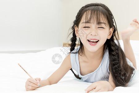 儿童节画画的小女孩图片