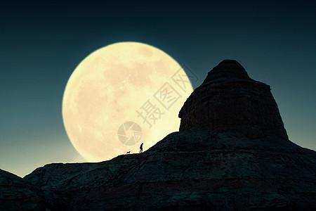 月亮下行走的人与狗图片