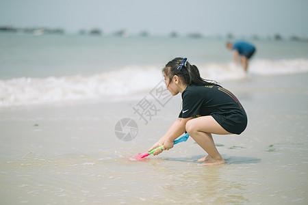 海边玩水的小女孩图片素材
