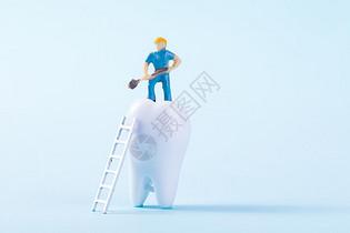 站在假牙上面的小人模型图片