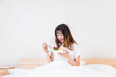 在床上吃早餐的女孩图片