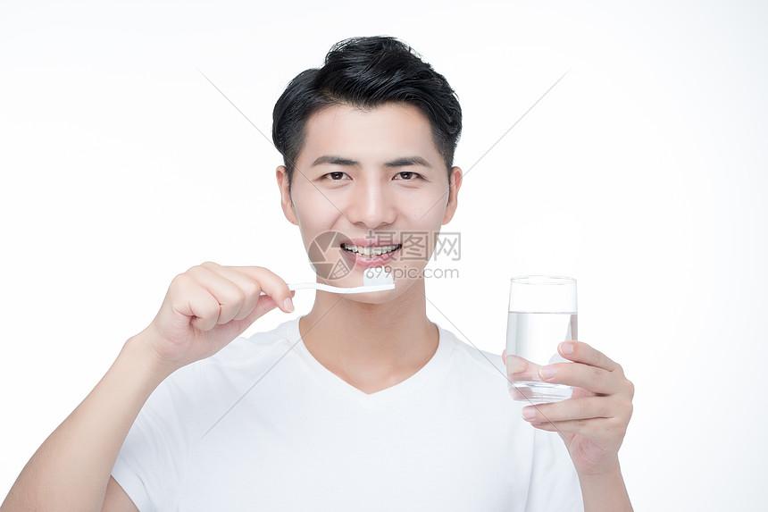 男性刷牙图片