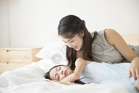 母亲哄女孩入睡图片