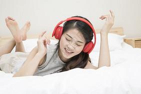 戴耳机听音乐的女孩图片