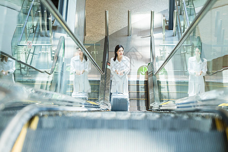坐扶梯的商务女性图片
