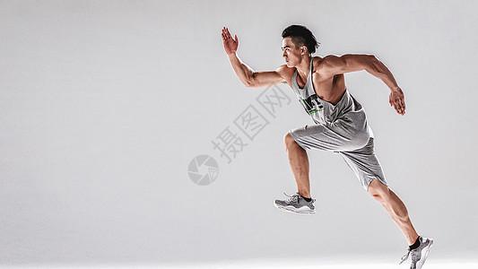 男人跑步跳跃动作图片