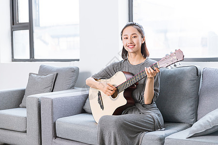 文艺青年沙发上弹吉他图片