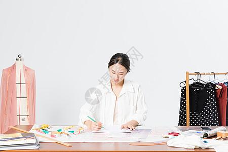 女服装设计师在设计图片