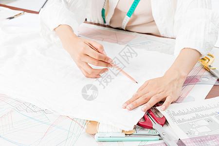 女设计师服装打板特写图片