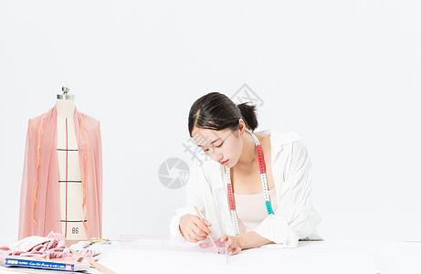 女设计师服装打板图片