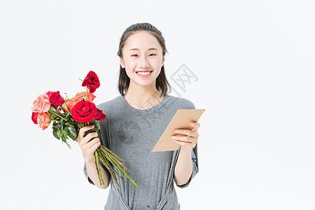文艺青年手拿贺卡和花图片