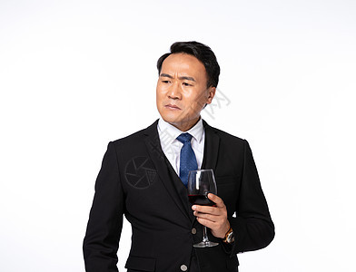 成功男士手拿酒杯思考问题图片