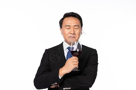 老板手拿酒杯沉思图片