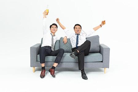 商务男沙发庆祝图片