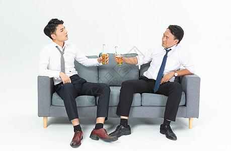 商务男沙发上喝啤酒图片