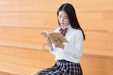 安静看书的美女图片