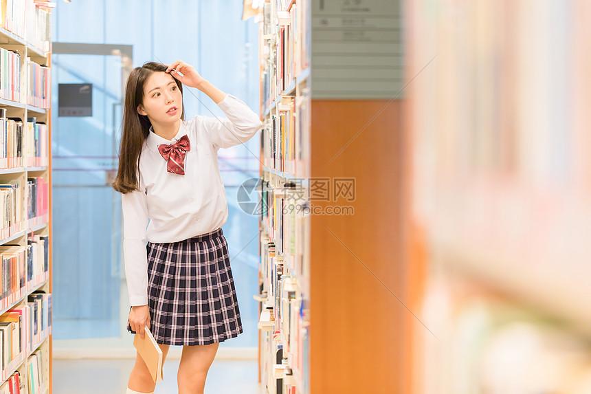 校园图书馆美女图片