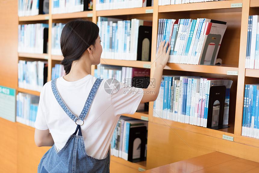 图书馆看书的同学图片