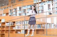美女图书馆写真图片