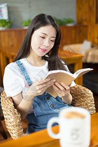 美女咖啡馆看书图片