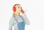 外国美女戴耳机图片