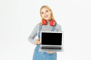 外国美女手拿电脑图片