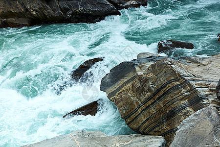云南香格里拉虎跳峡水流湍急图片