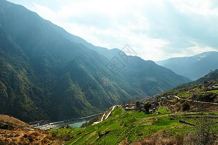 虎跳峡顶峰自然风光图片