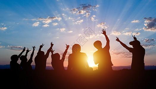 一群人在看日落图片