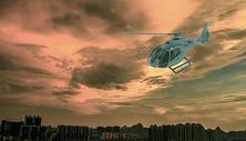 飞行的直升机图片