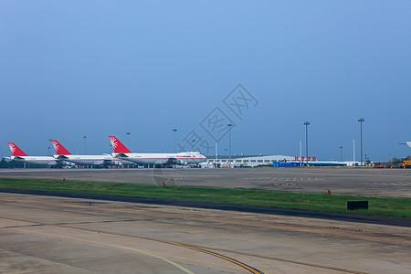 机场跑道上停放的客机图片
