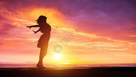 夕阳下美女剪影图片
