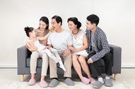 幸福一家人中秋节吃月饼图片