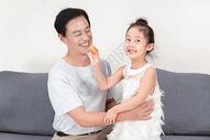中秋节祖孙吃月饼图片