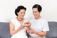 中秋节老年夫妻吃月饼图片