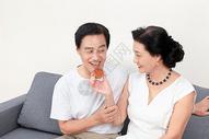 中年夫妻中秋节吃月饼图片