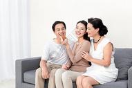 女儿和父母中秋节吃月饼图片