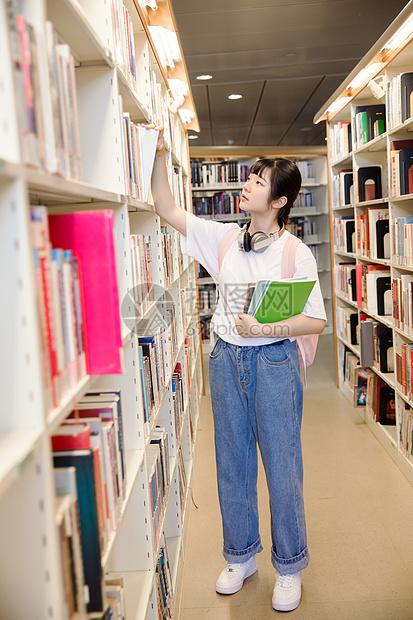图书馆看书的女生图片