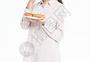 中秋节女生吃月饼图片