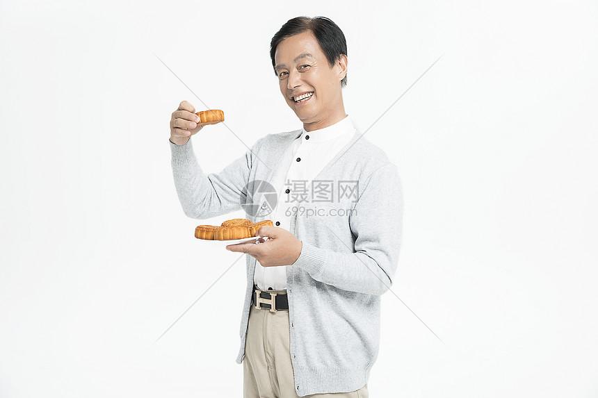 吃月饼的老人图片